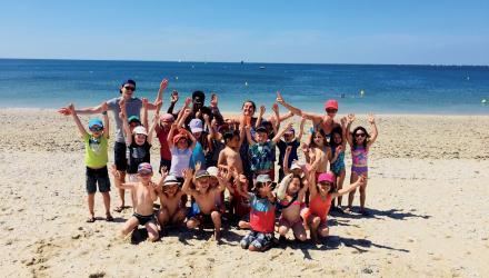 Groupe d'enfants sur la plage à Arzon
