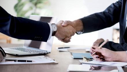 Deux hommes se donnent une poignée de main à un entretien.