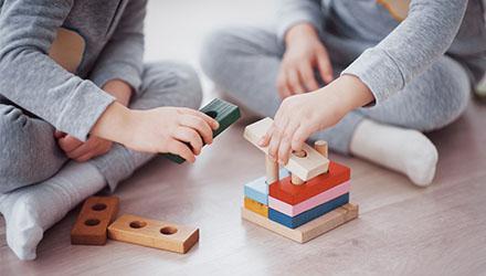Enfants et jeu en bois