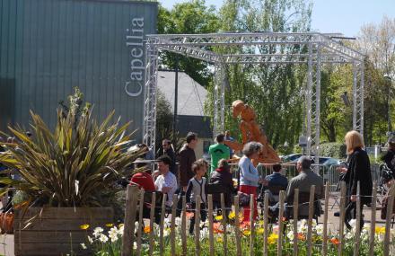 Spectacle de Saperlipuppet devant l'espace culturel Capellia