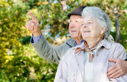 Deux personnes âgées souriant